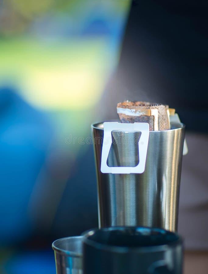 Café de brassage de sac d'égouttement sur la tasse images stock