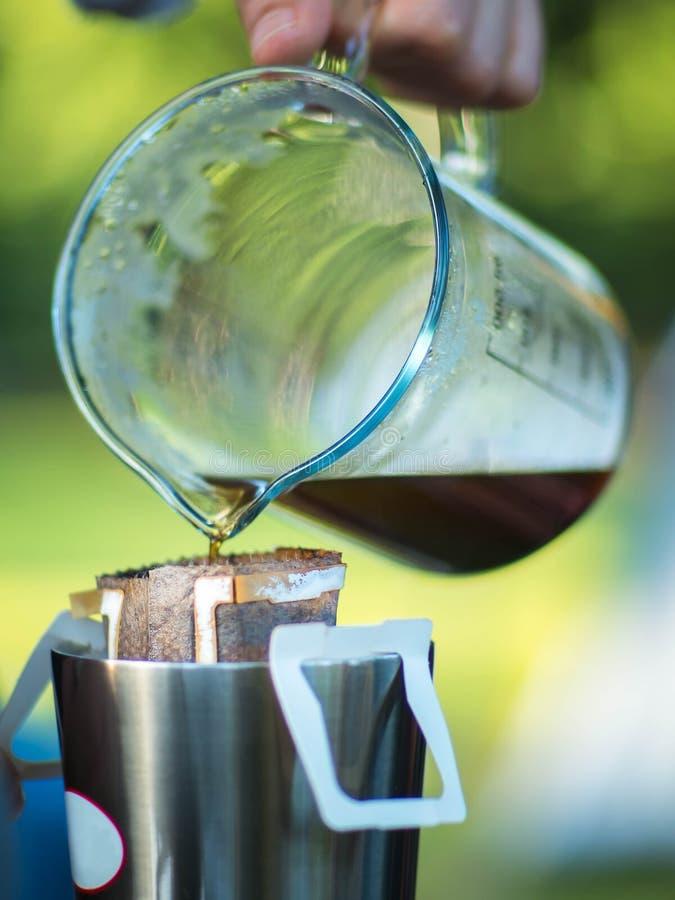 Café de brassage de sac d'égouttement sur la tasse photos stock