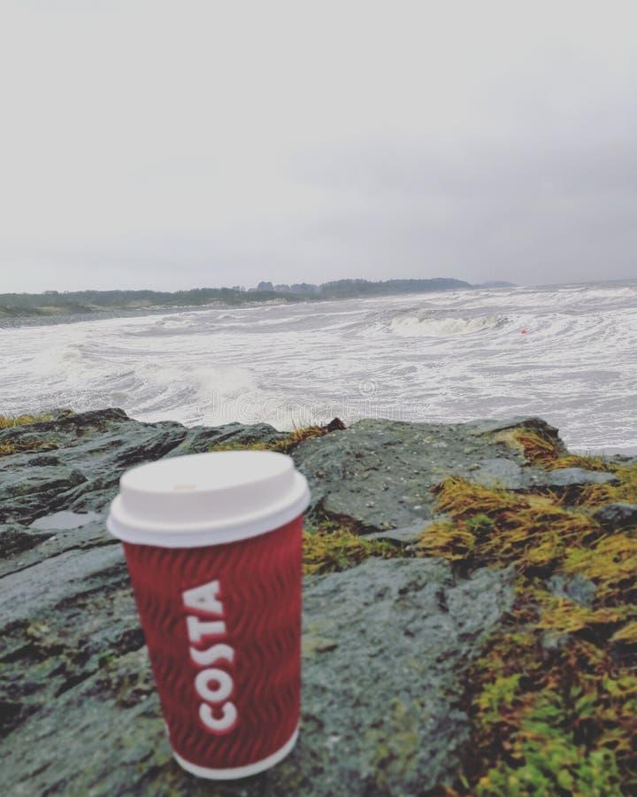Café de côte dans le jour pluvieux par la plage photographie stock