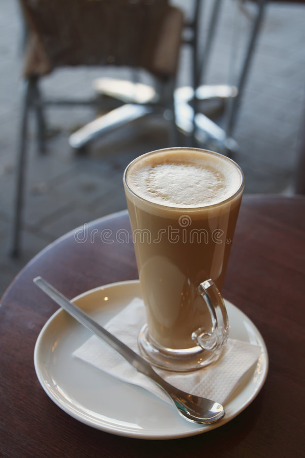 Café de café - cappuccino de Latte dans une glace grande image libre de droits