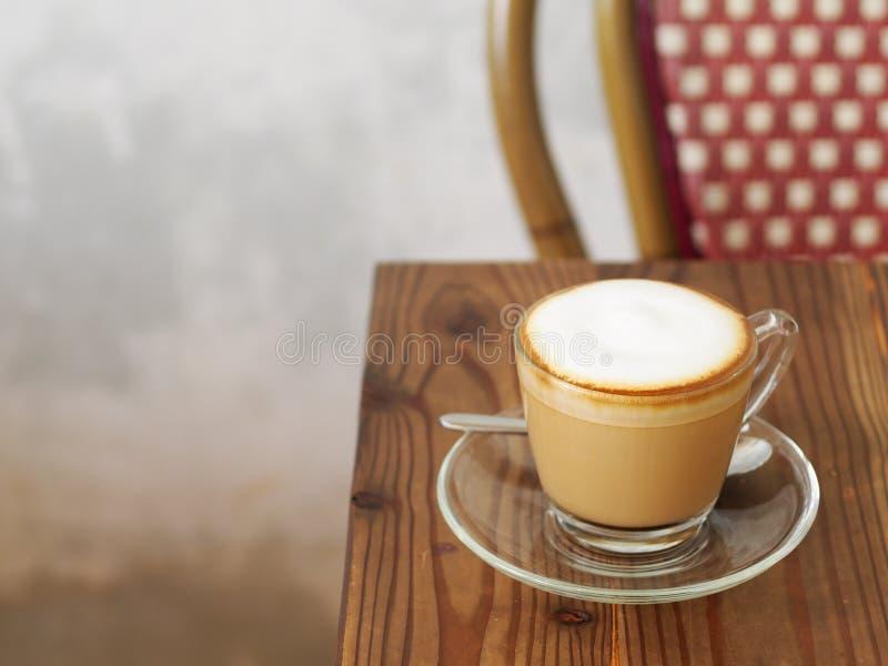 Café de cappuccino avec la pleine bulle fine crème peu de poudre de cacao image libre de droits