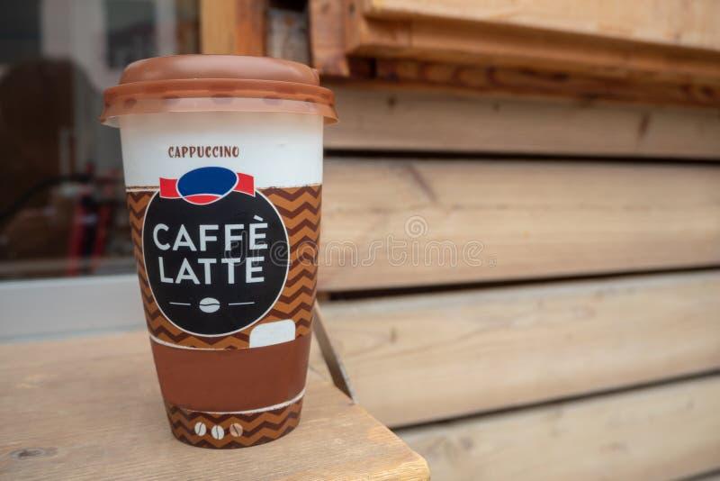 Café de Capucino no copo grande para o taka afastado na tabela de madeira fotos de stock