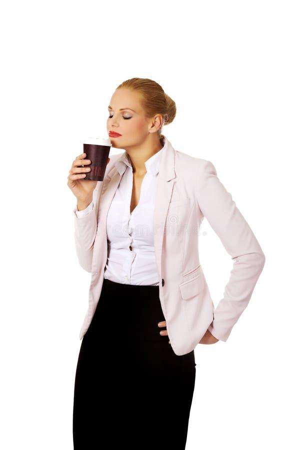 Café de cheiro da mulher de negócio no copo de papel imagens de stock