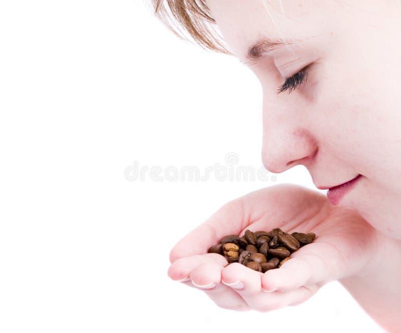Café de cheiro da rapariga imagem de stock