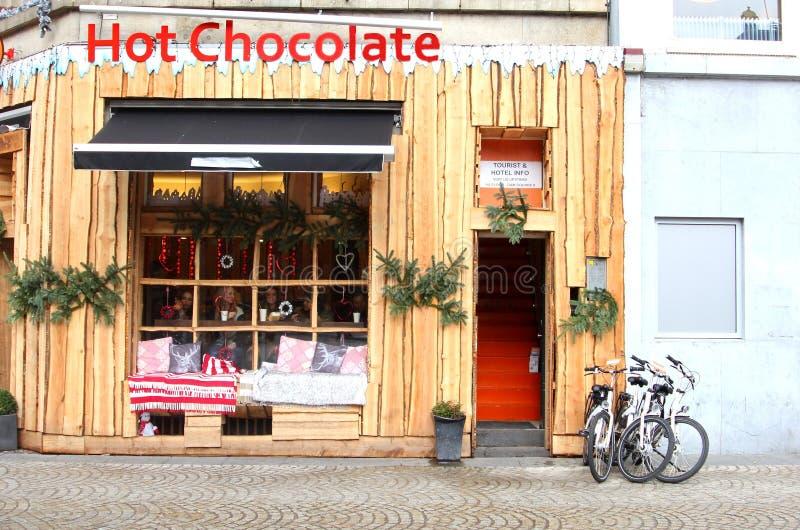 Café de chocolat chaud au barrage au centre de la ville d'Amsterdam photographie stock libre de droits
