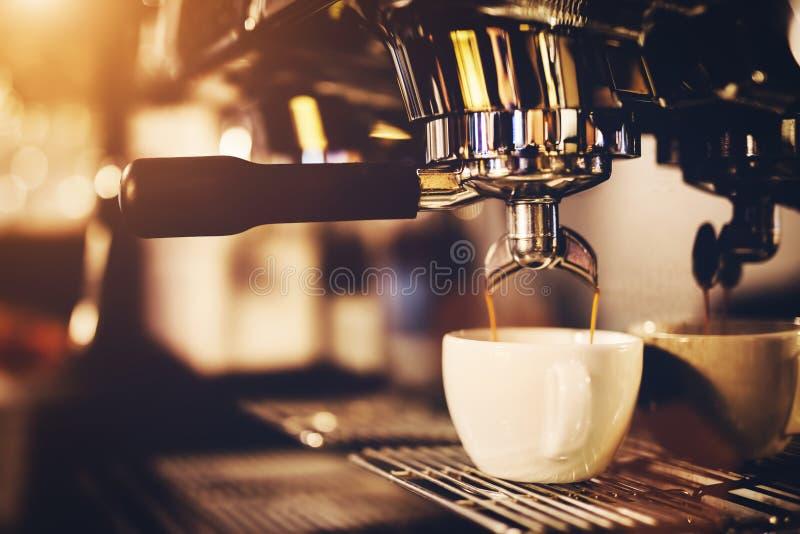 Café de colada de la cafetera en una taza imagen de archivo libre de regalías