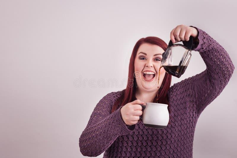 Café de colada de la expresión emocionada femenina joven de la foto de la diversión foto de archivo