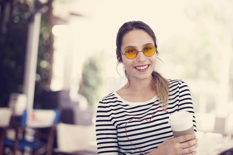 Café de consumición de la chica joven en el café foto de archivo
