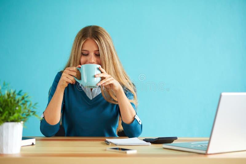 Café de consumición de la mujer imagen de archivo libre de regalías