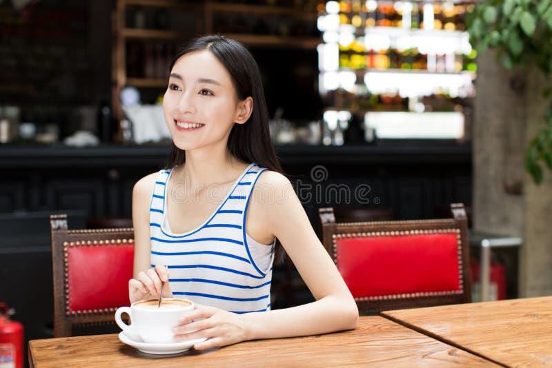 Café de consumición de la mujer asiática linda foto de archivo