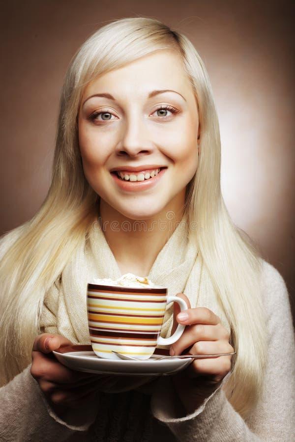 Café de consumición de la mujer bonita fotos de archivo libres de regalías