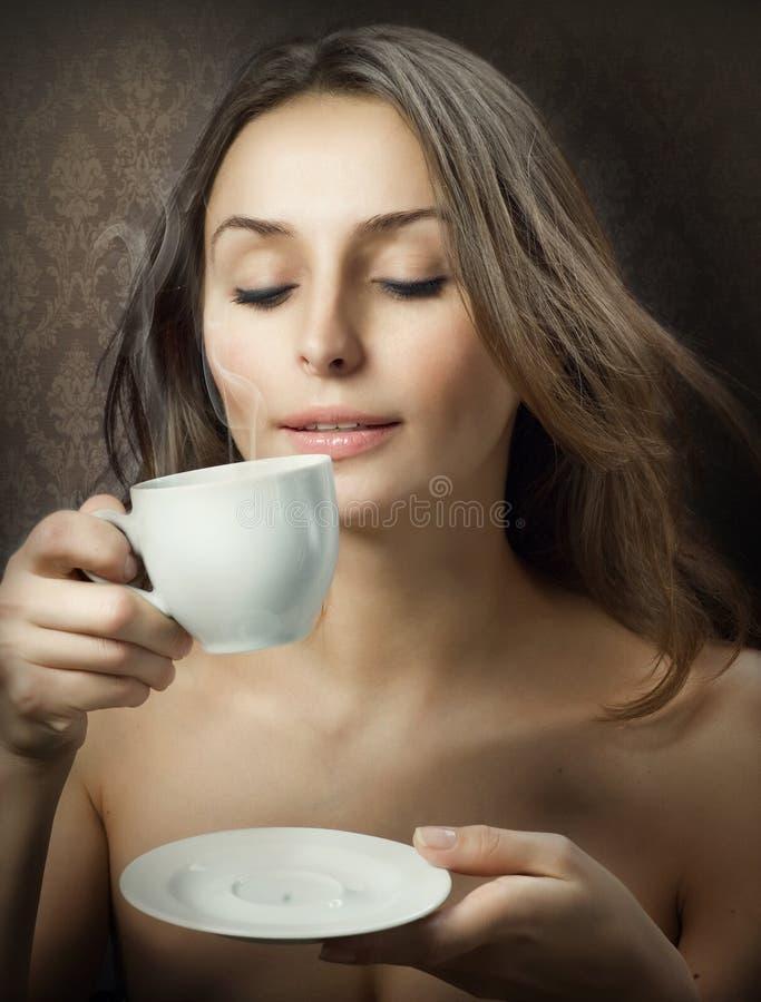 Café de consumición de la mujer de Beautuful fotos de archivo
