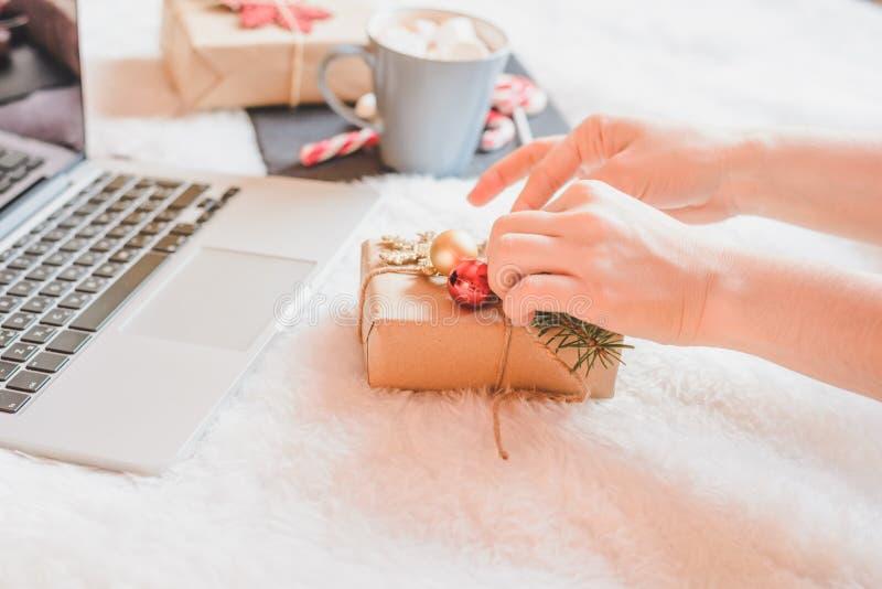 Café de consumición de la mujer en casa en su cama fotos de archivo libres de regalías