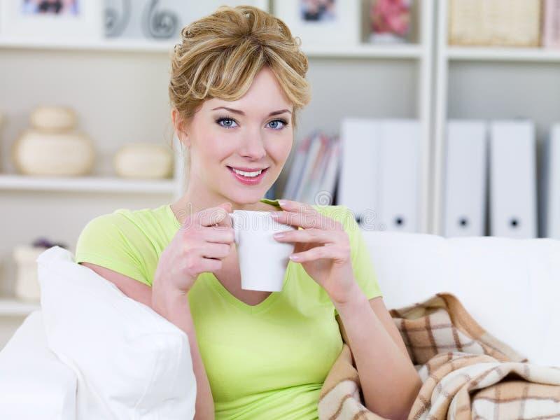 Café de consumición de la mujer en el país imagen de archivo libre de regalías