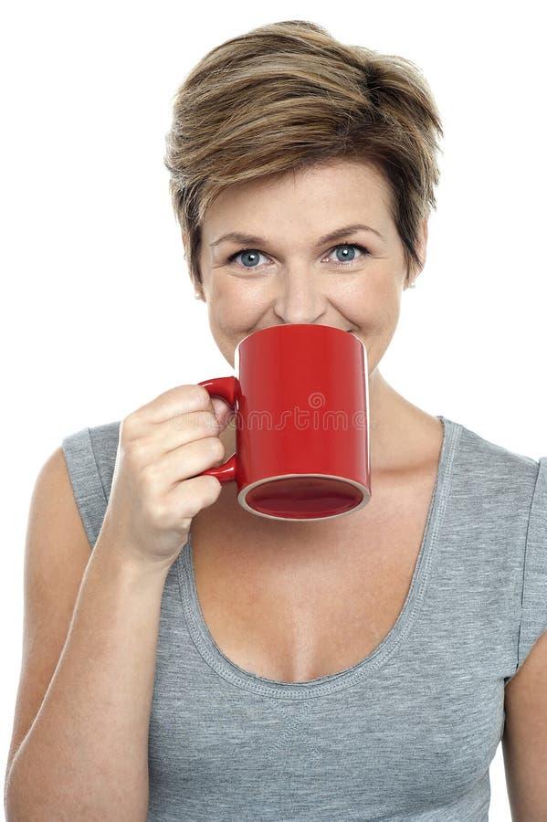 Café de consumición de la mujer hermosa foto de archivo libre de regalías