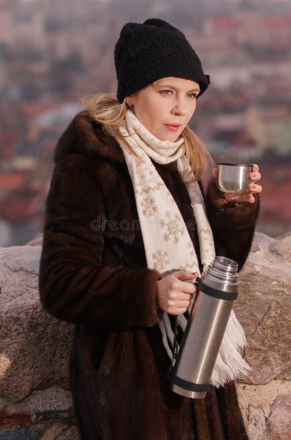 Café de consumición de la mujer joven en Vilna imagenes de archivo