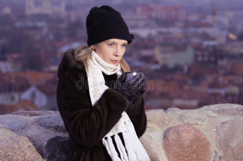 Café de consumición de la mujer joven en Vilna fotos de archivo libres de regalías