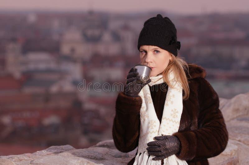 Café de consumición de la mujer joven en Vilna foto de archivo libre de regalías
