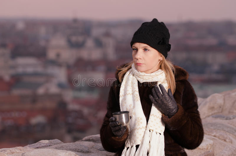 Café de consumición de la mujer joven en Vilna fotografía de archivo libre de regalías