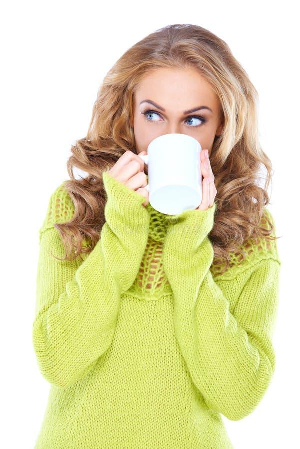Café de consumición de la mujer mientras que mira a un lado fotos de archivo