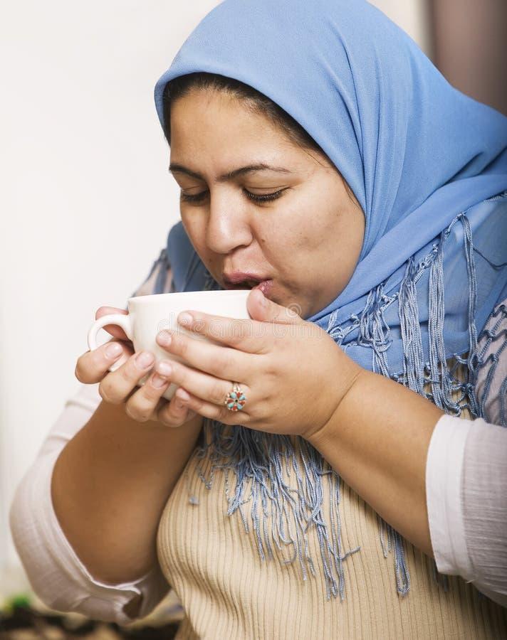 Café de consumición de la mujer musulmán foto de archivo libre de regalías