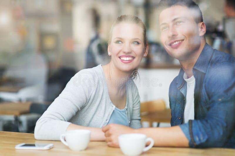 Café de consumición de los pares en café imagen de archivo
