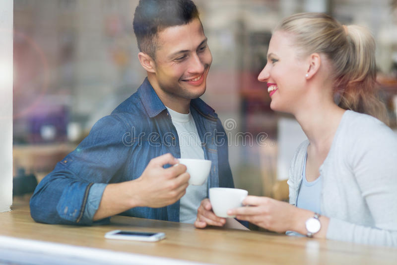 Café de consumición de los pares en café fotos de archivo libres de regalías