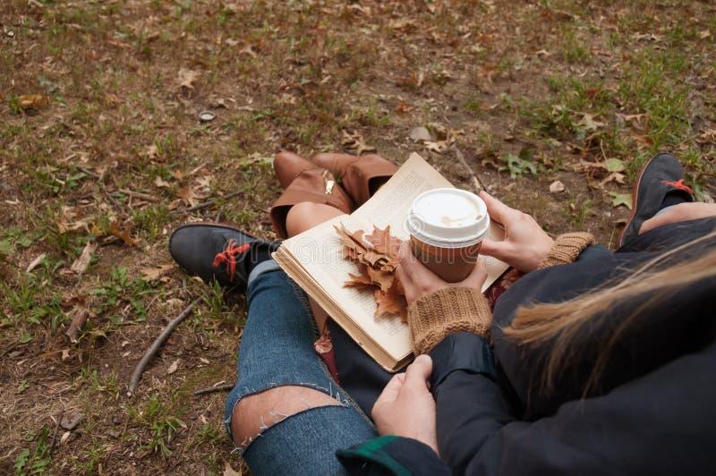 Café de consumición de los pares románticos que se relaja en el parque en otoño fotos de archivo libres de regalías