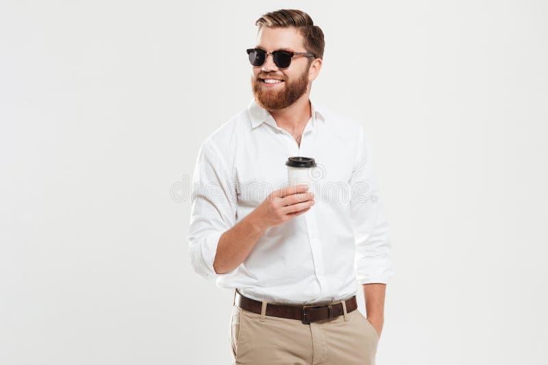 Café de consumición del hombre barbudo joven hermoso Mirada a un lado fotos de archivo libres de regalías