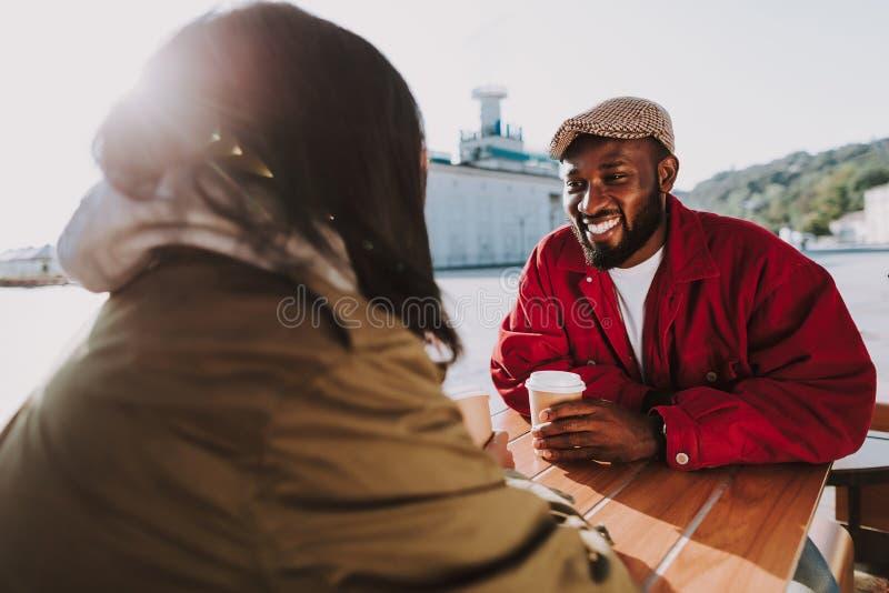 Café de consumición del hombre barbudo y mirada de su novia imagen de archivo