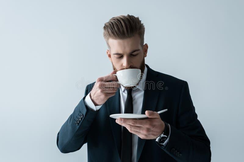 Café de consumición del hombre de negocios barbudo hermoso foto de archivo