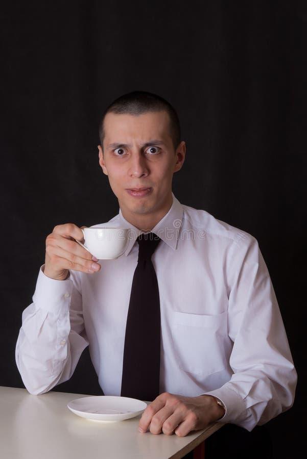 Café de consumición del hombre de negocios extraño foto de archivo