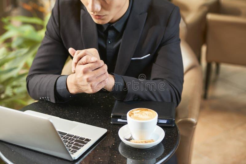 Café de consumición del hombre de negocios y noticias de la lectura fotografía de archivo libre de regalías