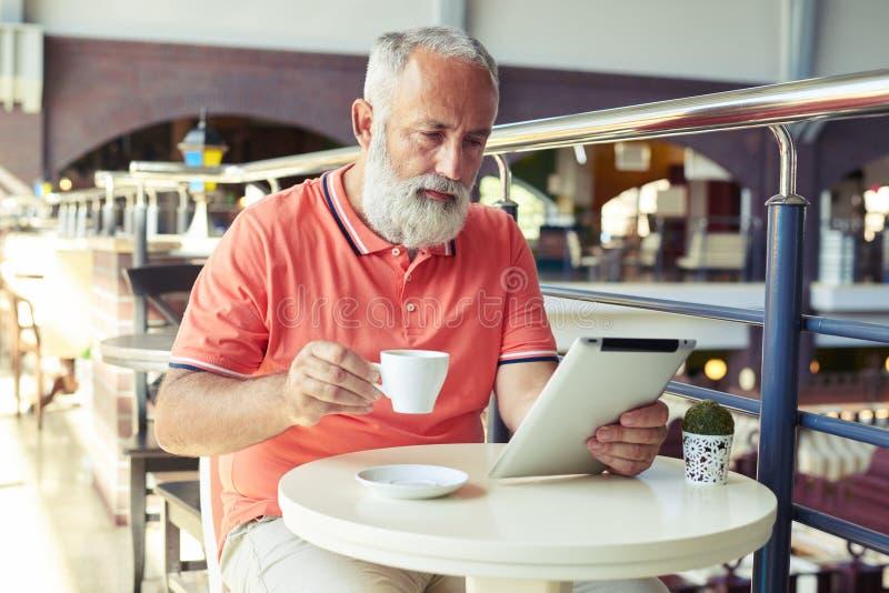 Café de consumición del hombre serio de mediana edad fotos de archivo