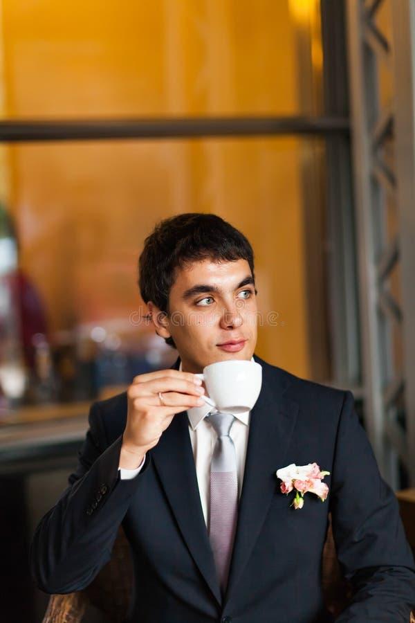 Café de consumición del novio imagen de archivo