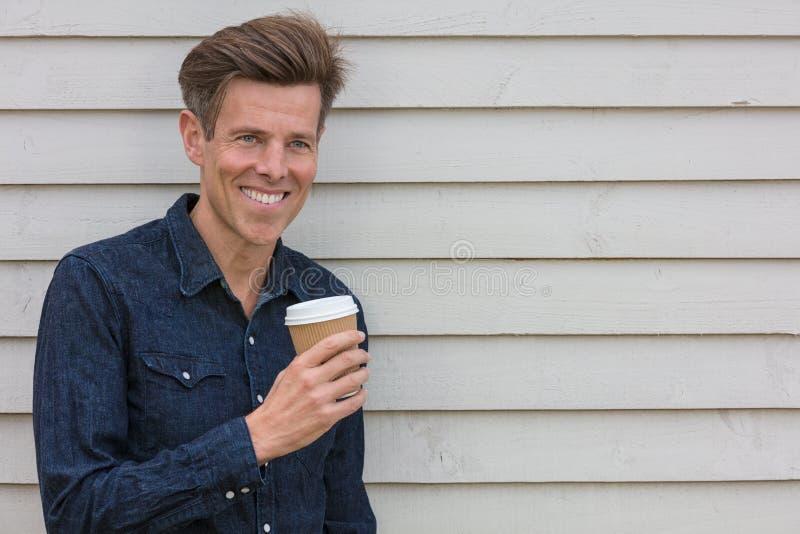 Café de consumición envejecido centro feliz del hombre imagenes de archivo