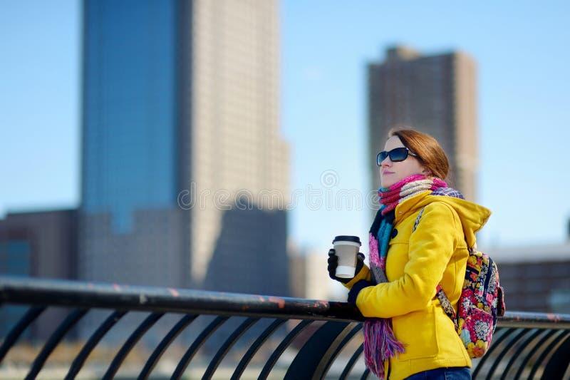 Café de consumición hermoso de la mujer joven en Nueva York imágenes de archivo libres de regalías