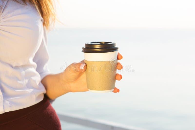 café de consumición joven en la playa foto de archivo libre de regalías