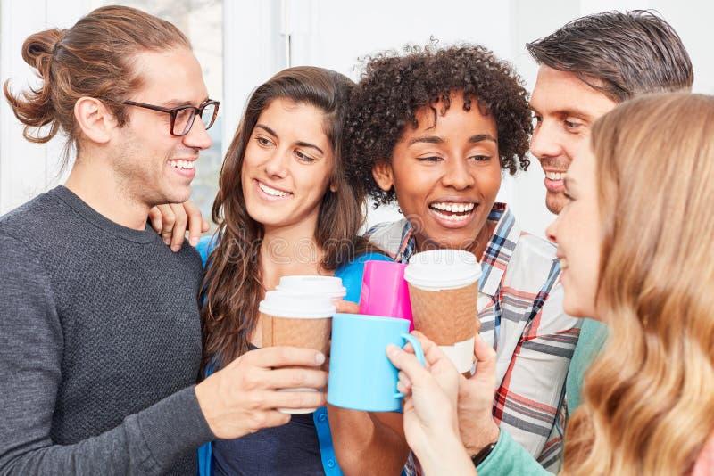 Café de consumición de la comunidad de la oficina durante una rotura imagenes de archivo
