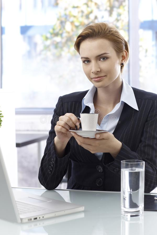 Café de consumición de la empresaria atractiva imagen de archivo