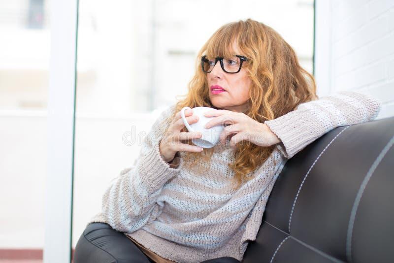Café de consumición de la mujer adulta imagen de archivo libre de regalías