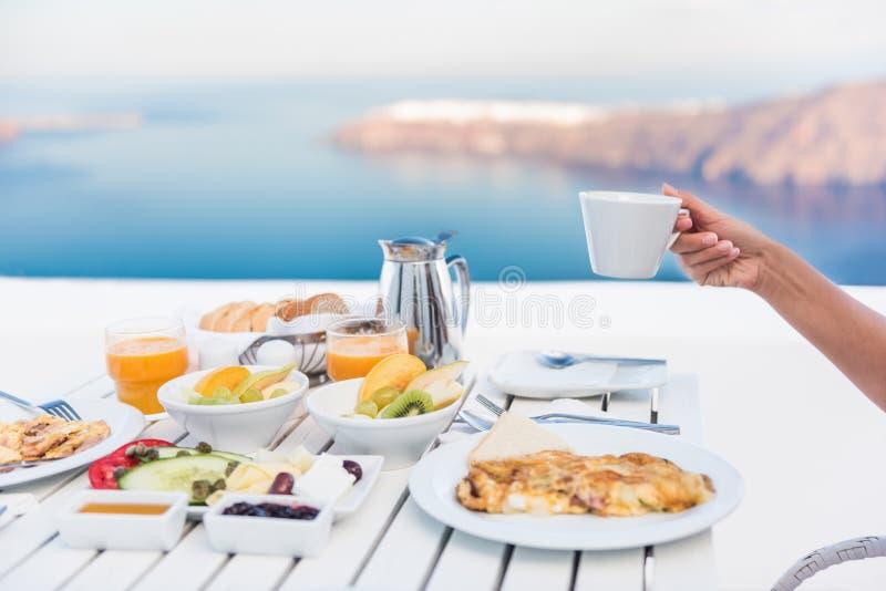 Café de consumición de la persona de la mañana en la mesa de desayuno foto de archivo libre de regalías