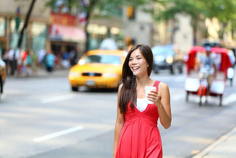 Café de consumición Nueva York de la mujer urbana joven casual fotografía de archivo libre de regalías