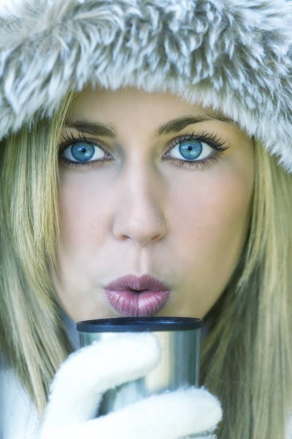 Café de consumición o té de la mujer joven de la muchacha en invierno imagen de archivo libre de regalías