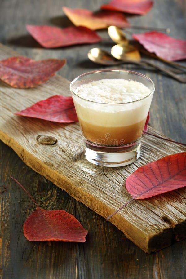 Café de Cortado Café com leite cozido chicoteado fotos de stock royalty free