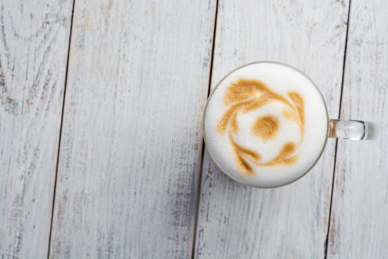 Café de crème de Latte sur le fond en bois blanc Vue supérieure photo stock