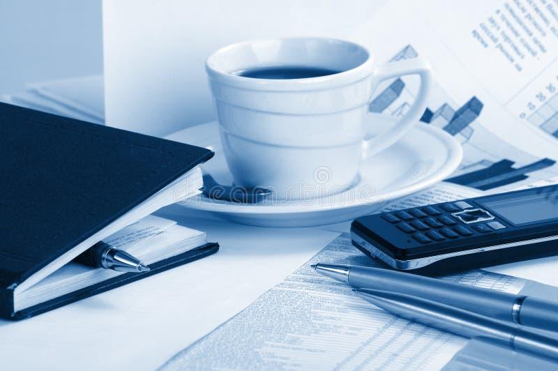 Café de cuvette sur des informations commerciales photo libre de droits