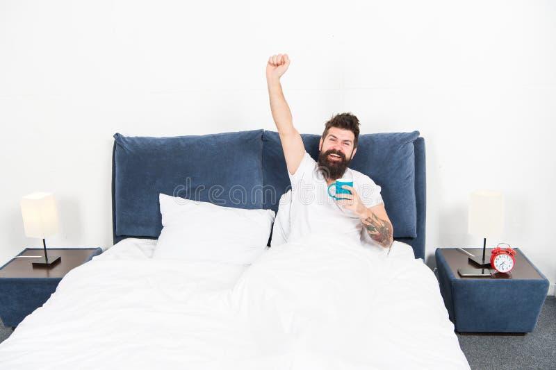 Café de détente de boissons de chambre à coucher de hippie beau brutal d'homme Le type barbu apprécient le café de matin Accordez image stock