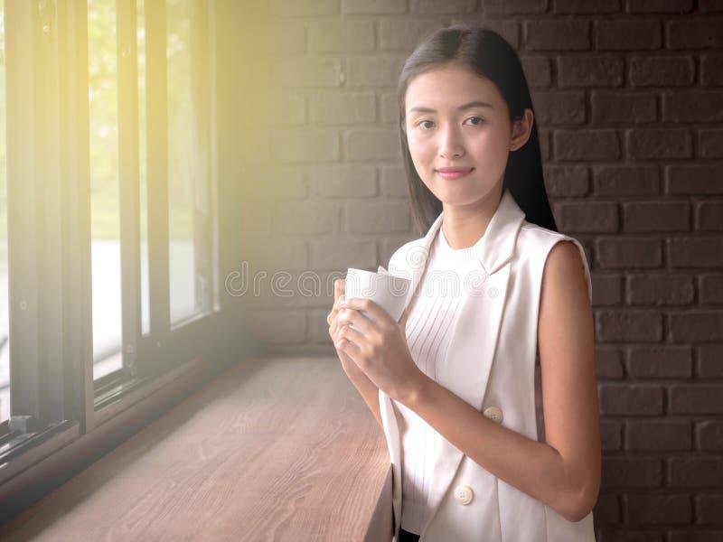 Café de détente potable de femme asiatique dans le café photos libres de droits