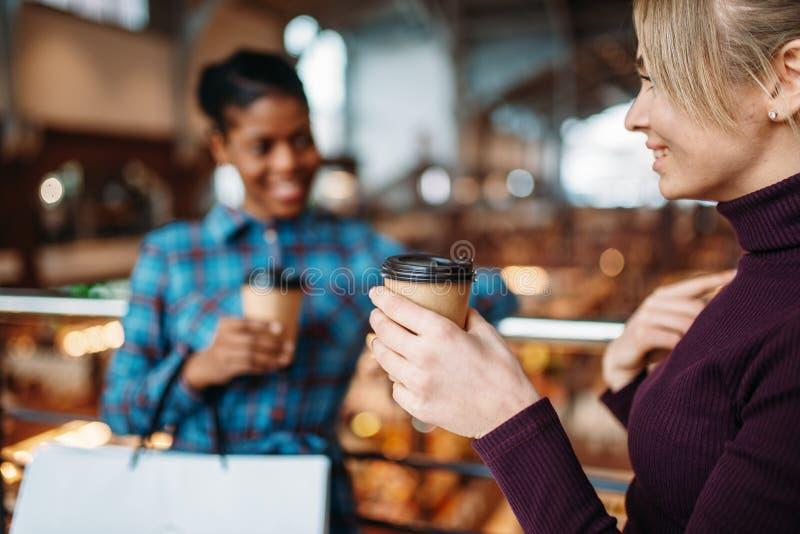 Café de deux boissons d'amies après l'achat image libre de droits